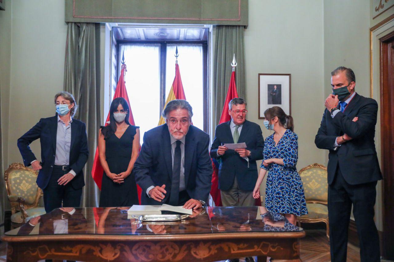 Los portavoces de los cinco grupos políticos que integran el Consistorio firmaron los Pactos de la Villa.