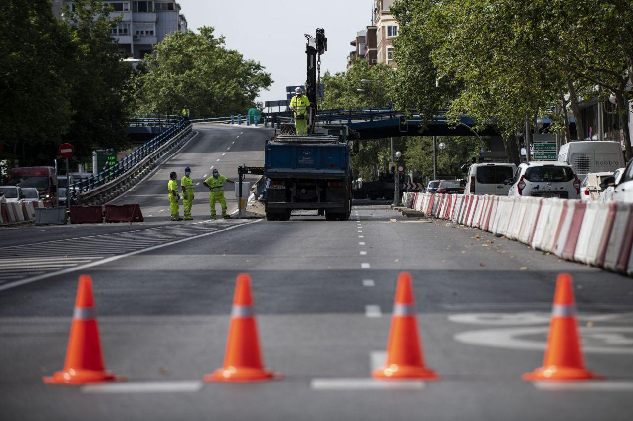 El paso elevado de Joaquín Costa-Francisco Silvela se ha cortado ante el riesgo de colapso.
