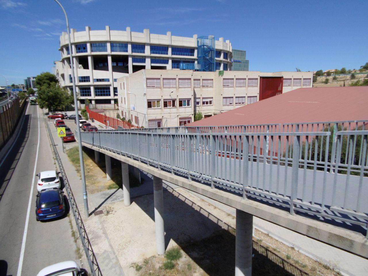 El colegio está encajonado junto a la M-40, con escasos accesos
