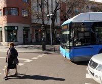 Peatones cruzando con el semáforo abierto para los vehículos en el cruce de la glorieta de Manuel Becerra con Doctor Esquerdo.