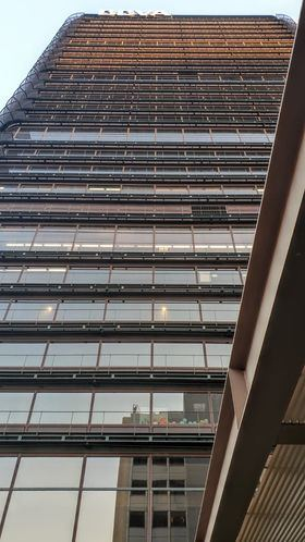La década de los setenta, estuvo protagonizada por la construcción de la torre de oficinas para el Banco de Bilbao en Madrid, en la que realizó una síntesis memorable de sus experiencias anteriores.