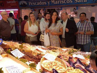 Begoña Villacís, y Miguel Ángel Redondo, en una visita al mercado de Las Ventas.