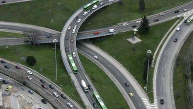 En total, se va a actuar sobre más de 150.000 m2 para disminuir los niveles de saturación del tráfico en hora punta. El aumento de la capacidad de las vías y la supresión de los cruces supondrá un ahorro de tiempo de hasta el 31% en los desplazamientos en vehículo privado.