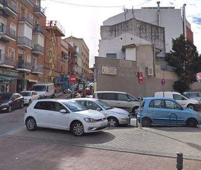 El Ayuntamiento estudia habilitar solares para aparcar y liberar espacio peatonal.
