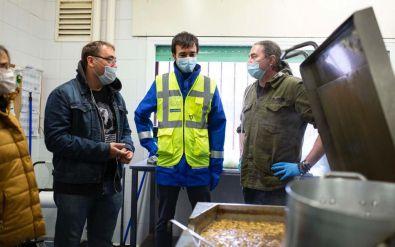 Alberto Serrano con David Chica, de Mercamadrid, y Chema de Isidro, en una cocina solidaria.