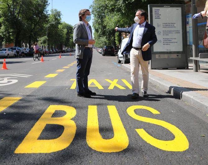 El alcalde, José Luis Martínez-Almeida, y el edil de Medio Ambiente, Borja Carabante, junto a uno de los nuevos carriles bus.