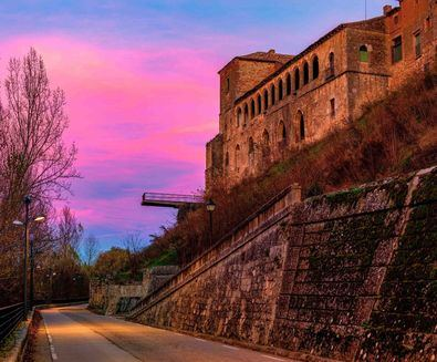 Almazán, 'el Forticado', villa soriana amurallada, está situada en un hermoso paraje rodeado de colinas y bañada por el rio Duero.