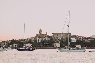 Hondarribia, ubicada junto al estuario del Bidasoa, además de la belleza de sus calles adoquinadas, goza de unas impresionantes vistas tanto de la campiña como del mar.