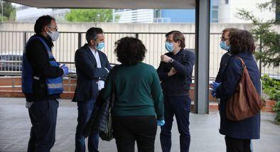 El alcalde y el delegado de Familias, en una visita a un centro de servicios sociales durante la pandemia.