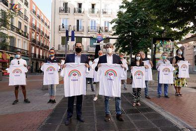 """El vicepresidente regional afirma que """"Metro sigue estando a la vanguardia y defendiendo los valores de la sociedad madrileña"""". Metro de Madrid ha lanzado unas nuevas camisetas dentro de su línea de 'merchandising', con el logotipo de Metro, el arcoiris y el lema 'Somos tod@s'."""