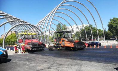 La operación asfalto comenzó en la Avenida de la Ilustración este domingo.