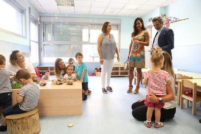 Begoña Villacís en una visita a la escuela infantil Ana de Austria, en Sanchinarro