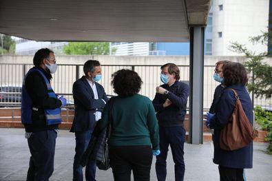 El alcalde, José Luis Martínez-Almeida, visitó el centro de servicios sociales Concepción Arenal.