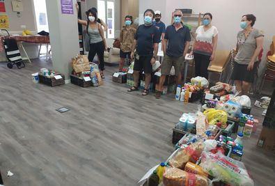 Voluntarios en la despensa de la Red de Cuidados de Guindalera.