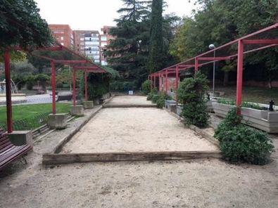 En la imagen, las pistas de petanca, que también luciran una nueva imagen tras concluir la reforma de la zona ajardinada.