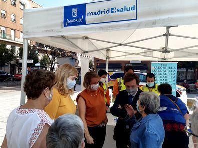 El alcalde visitó un punto de información de Madrid Salud en Usera