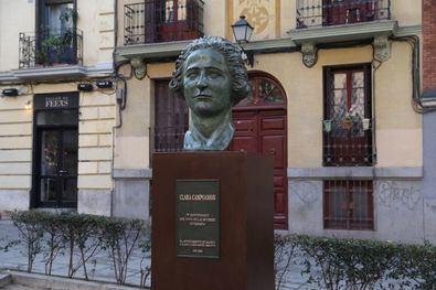 Clara Campoamor, madrileña nacida en febrero de 1888 en el barrio de Maravillas, hoy Malasaña, fue una de las primeras mujeres en ejercer la abogacía en España y luchadora tenaz por la igualdad y los derechos de la mujer.