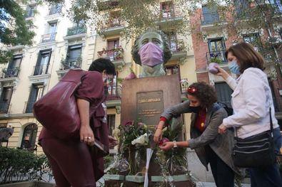 Madrid agradece cada año, el 1 de octubre, con flores el legado de Clara Campoamor, frente a su monumento situado en la plaza de los Guardias de Corps, en el barrio en el que nació.
