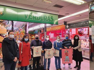 La concejala de Moncloa-Aravaca, Loreto Sordo, ha visitado esta mañana los barrios de Argüelles y Aravaca para distribuir entre los comerciantes parte del material promocional.