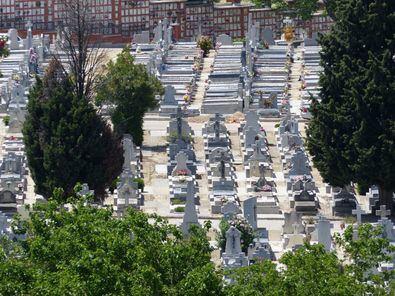 El cementerio de la Almudena se encuentra ubicado en la ZSB de Daroca, en el distrio de Ciudad Lineal, una de las afectadas por las restricciones de movilidad anticovid que han entrado en vigor este lunes.