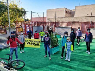 Parte de la actuación de Greenpeace Madrid ha tenido lugar frente al CEIP Zaragueta, en el distrito de Hortaleza.