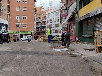Los trabajos en la calle Fuenlabrada consisten en la redistribución del espacio para dotar de accesibilidad a las aceras, que actualmente son demasiado estrechas.
