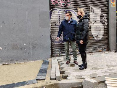 La delegada de Obras y Equipamientos, Paloma García Romero, y el concejal del distrito, Álvaro González, han visitado los trabajos en esta vía, que concluirán antes de final de año.