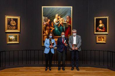 De izquierda a derecha: Olga Sánchez, Presidenta de la Fundación AXA, Javier Solana, Presidente del Real Patronato del Museo Nacional del Prado, y Miguel Falomir, Director del Museo Nacional del Prado en una sala de la exposición.