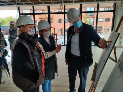 La concejala del distrito de Moncloa-Aravaca, Loreto Sordo, durante una visita reciente a las obras de las instalaciones a las que se les dará el nombre de Juan Genovés.
