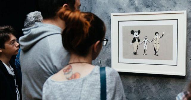 El aura de misterio que, por elección y por necesidad, se perpetúa cada vez que se menciona a Banksy, lo ha convertido en una figura mítica de nuestro tiempo.