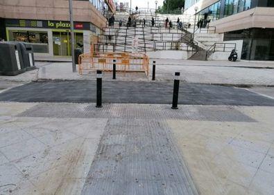 La sustitución del pavimento defectuoso, el repintado de la banda de estacionamiento, el acondicionamiento de alcorques, la mejora del alumbrado actual, la adecuación del riego y la jardinería, incluyendo la reposición del arbolado- han completado las obras en Marqués de Lozoya.