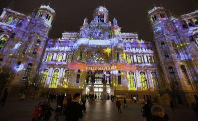El 'mapping', la experiencia interactiva 'online' y la decoración navideña serán los protagonistas de la iluminación navideña del Palacio de Cibeles este año.