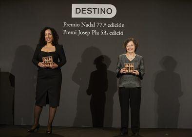 El Hachmi junto a María Barbal, que ha obtenido el 53 Premio Josep Pla de prosa en catalán con la novela 'Tàndem'.