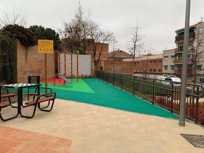 El terreno entre las calles Guitarra y Polvorancase usaba como aparcamiento improvisado y zona canina, mientras que los setos del bulevar restaban visibilidad y accesos al entorno.