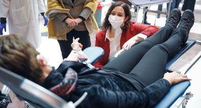 La presidenta de la Comunidad de Madrid, Isabel Díaz Ayuso, ha recibido en la Real Casa de Correos, sede del Gobierno regional, a los primeros madrileños que han acudido a donar sangre en el dispositivo especial que se ha habilitado en el patio principal.