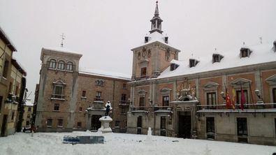 En la imagen superior, una instantánea de la plaza de la Villa tras el paso del temporal Filomena por la Comunidad de Madrid.