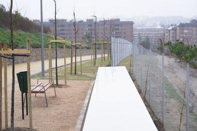 Con un presupuesto de 810.000 euros y un plazo de ejecución de 6,5 meses, el Área de Desarrollo Urbano ha dotado a la parcela de las infraestructuras necesarias para el establecimiento de un acceso peatonal acompañado de zonas verdes.