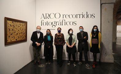 La exposición 'Recorridos Fotográficos' ofrece una particular mirada a más de dos décadas de arte en España a través de la visión de un grupo de creadores sobre la feria ARCO en Madrid, que conmemora su 40 aniversario.