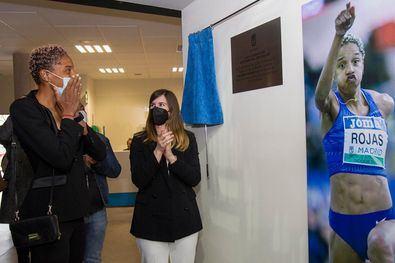 La concejala delegada de Deporte, Sofía Miranda, descubre una placa en reconocimiento a la atleta venezolana Yulimar Rojas.