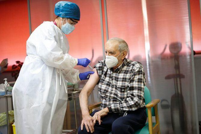 La vacunación frente al Covid-19 de los mayores de 80 años que no vivan en residencias arrancará finalmente en la región este jueves y serán citados en centros de salud.