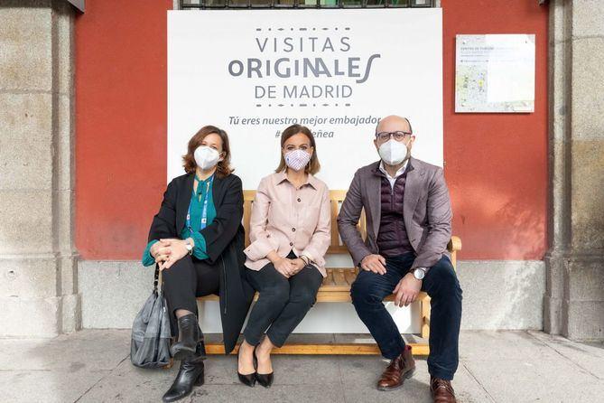 La concejala de Turismo, Almudena Maíllo, acompañada por el concejal de Centro, José Fernández, ha presentado el programa de Visitas originales en la Plaza Mayor.