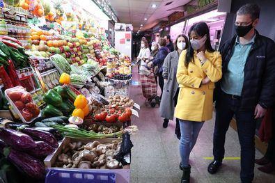 """En su visita, Villacís ha destacado """"el trabajo de los mercados municipales, que son el cuarto servicio mejor valorado por los madrileños""""."""