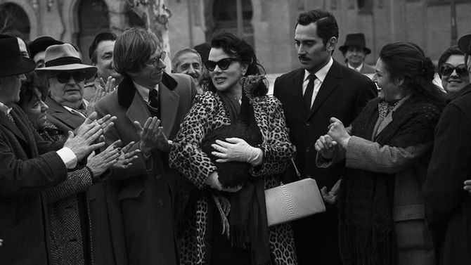 Como ya vimos en la serie de Paco León y Anna R. Costa, Arde Madrid, la vida de Gardner fue una auténtica revolución en la sociedad de la época durante el tiempo que residió en nuestro país.