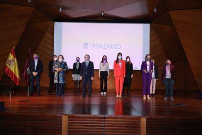 El alcalde de Madrid, José Luis Martínez-Almeida, junto a la vicealcaldesa, Begoña Villacís, y el delegado del Área de Familias, Igualdad y Bienestar Social, Pepe Aniorte, ha participado en el acto institucional, que también ha contado con los distintos grupos municipales, así como del Consejo de la Mujer.