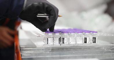 La Agencia Europea del Medicamento (EMA, por sus siglas en inglés), que se va a volver a reunir este martes, está estudiando los eventos trombóticos notificados, si bien ha señalado que, por el momento, no hay indicios de que la vacunación haya causado estas afecciones.