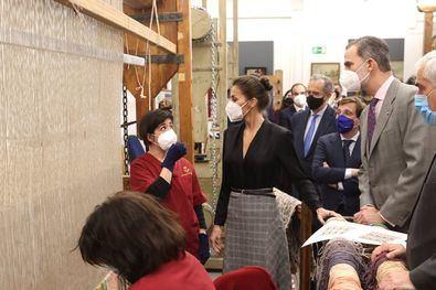 Los Reyes de España, Felipe y Letizia, han visitado este martes la Real Fábrica de Tapices, con motivo de su 300 aniversario.
