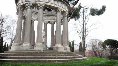 La autora propone comenzar el particular recorrido por el jardín de El Capricho de la Alameda de Osuna, uno de los lugares más mágicos de la ciudad. Esconde numerosos elementos que contienen amplia simbología de corte masónico e iniciático.