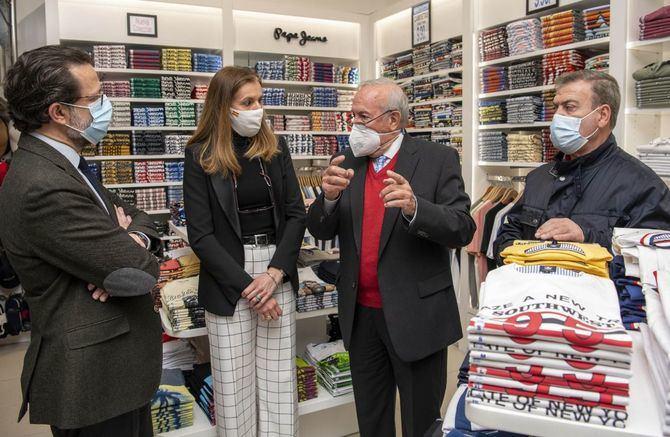 Encuentro del consejero de Hacienda, Fernández-Lasquetty con el comercio textil del distrito de Centro