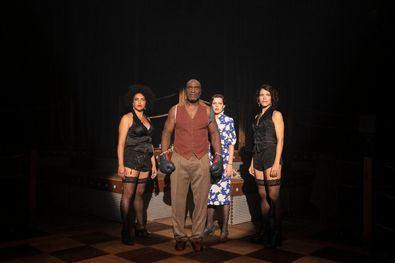 El Teatro Valle-Inclán pone en escena la obra 'El combate del siglo', de Denise Duncan, hasta finales de mayo.
