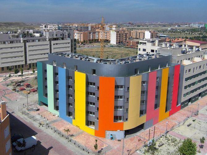 La Empresa Municipal de la Vivienda y Suelo (EMVS) ha construido, en sus 40 años de historia, casi 30.000 pisos protegidos, fomentando el acceso a la vivienda a precios asequibles en 19 de los 21 distritos de Madrid.